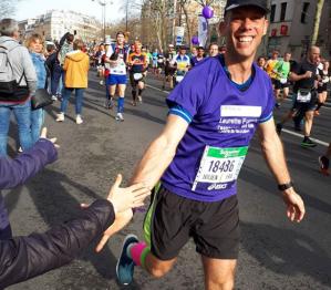 La joie de retrouver les siens au bord du marathon
